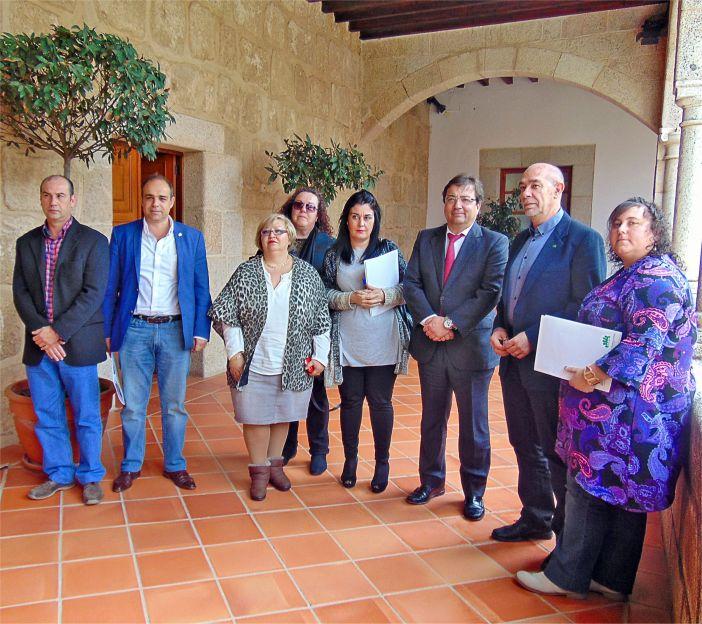 Fernández Vara recibe en Mérida a los representantes de FREAPA-CEAPA
